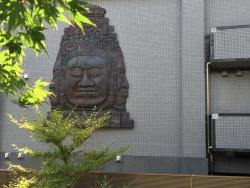 赤坂 カンボジア大使館 巨大な顔のレリーフ
