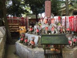 赤坂 豊川稲荷 多くの狐