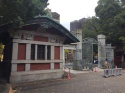 東大 正門と門衛所