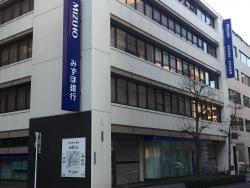 平成通りを歩く みずほ銀行