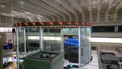 平成通りを歩く 東京証券取引所 2階1