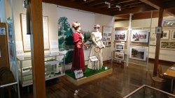 横浜テニス発祥記念館 テニス衣装を着た婦人 横浜山手記事