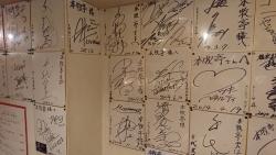 色紙で埋まった壁1 本牧亭