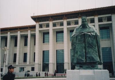 天安門広場横の中国国家博物館前の孔子像(当時外に出ていた孔子像はそれから程なくして建物内に移動している…) 2011年 北京