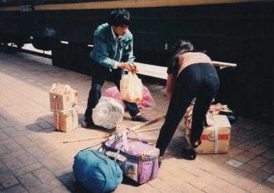 大量のみやげを天びん担ぎで。 1995年 上海