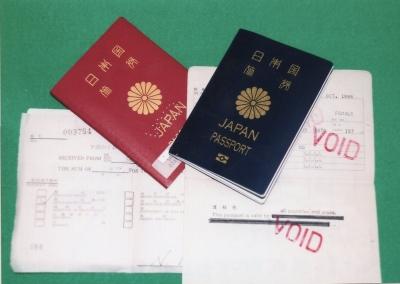 歴代のパスポートたち。右手前の黒い線がわざわざ訂正して貰った部分。左手前の書類は、北京で更新した時の受取り証。