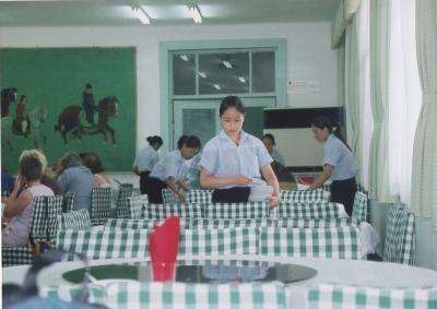 ノスタルジーな雰囲気のレストラン。旧臭くても清潔感が滲み出ていて微笑ましい一コマ 2005 西安