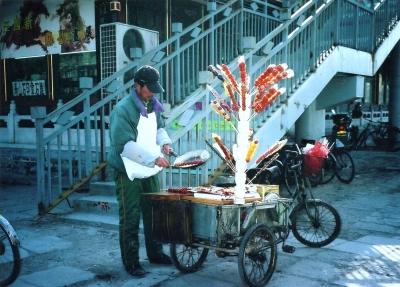 目の前でアメがけをして「作りたて」感を演出 2005 北京