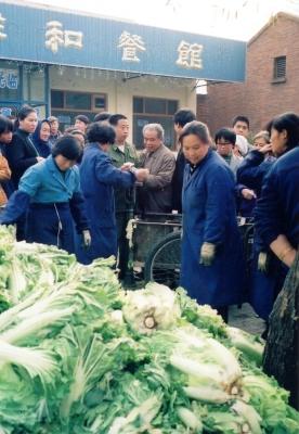 白菜の山と購入に群がる人たち 1992 北京
