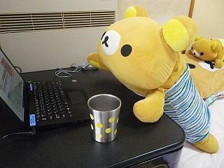パソコンを眺めるクマジ