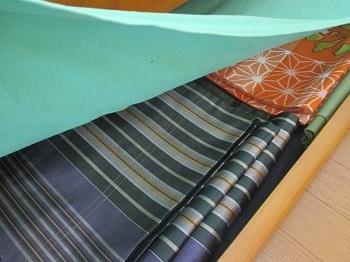 ベッド下の帯