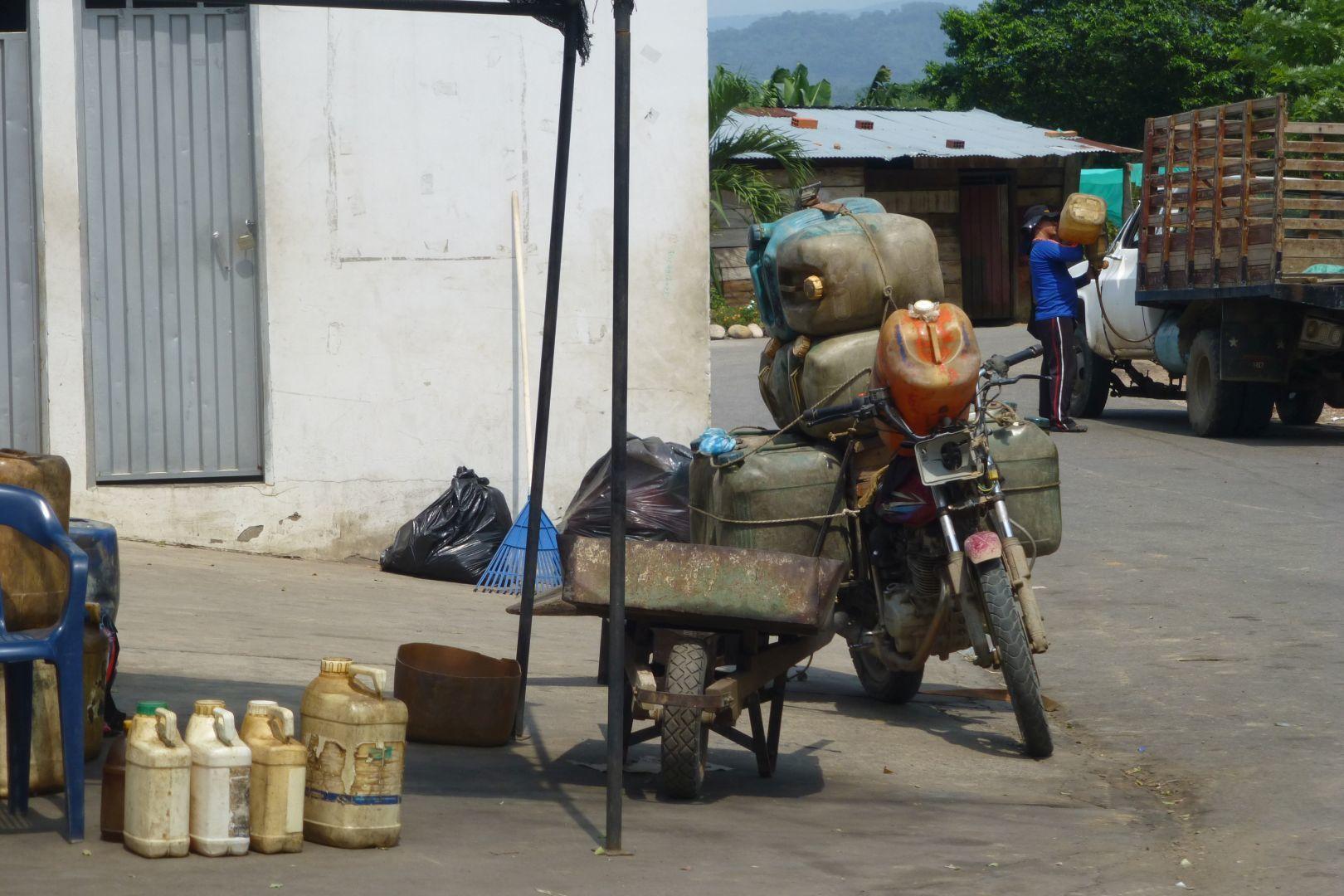 gasolina de Venezuela se vende en la calle en Colombia