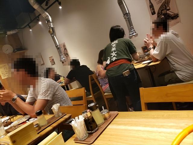 20190601_194013_R 若者と台湾人でいっぱい。中国語を話す店員がいるみたい
