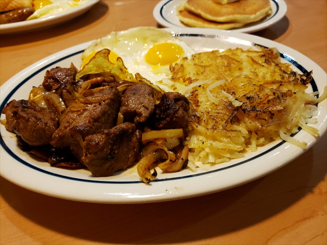 20190517_080030_R グリルした玉ねぎとマッシュルームのグリル、テンダー、甘くておいしい米国農務省選択サーロインチップ。 2個の卵、ハッシュブラウンと2枚のバターミルクパンケーキ添え