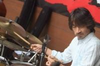金井塚秀洋(ドラムス)