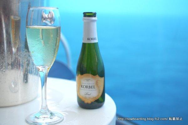 クルーズ旅行の客室のバルコニーでシャンパン
