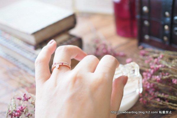 マークミレンの赤い石付きFREJA RINGと SOFIA WHITE RINGの重ね付け