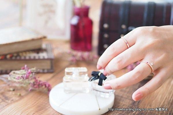 マークミレンのFREJA RINGと SOFIA WHITE RING 赤い石