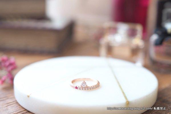 マークミレンの赤い石付きFREJA RINGと SOFIA WHITE RING