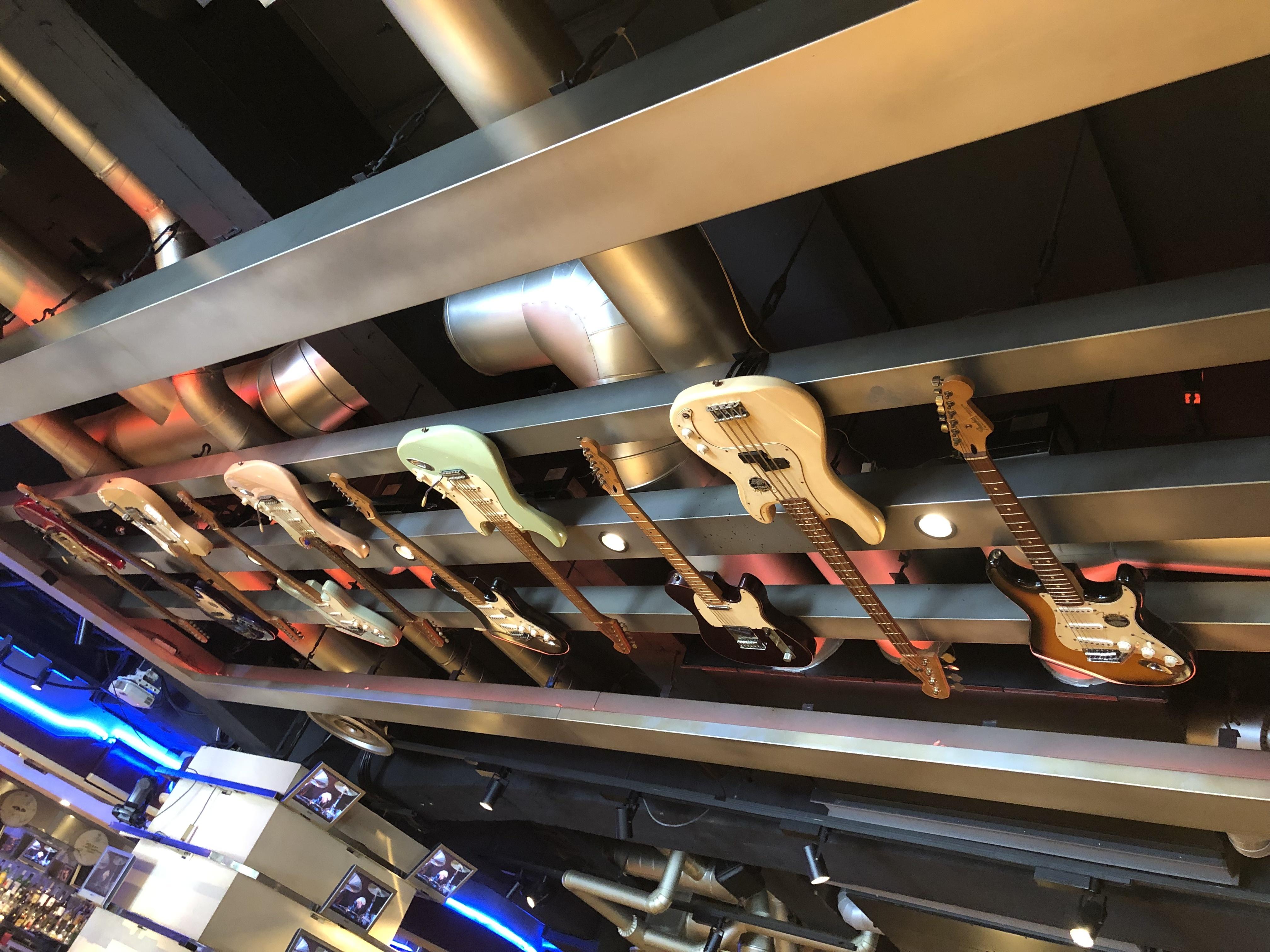 ハードロックカフェ大阪 天井にギター