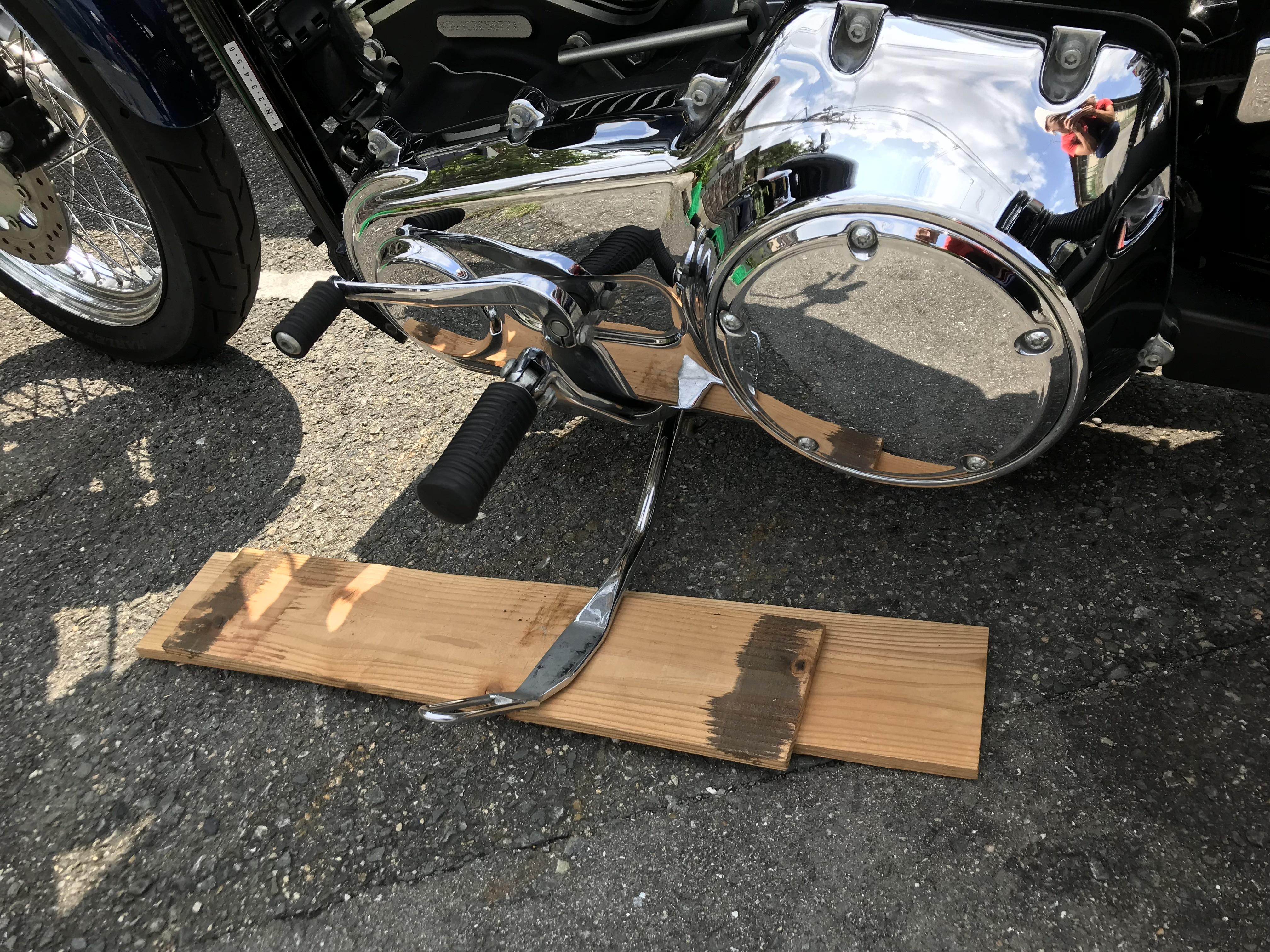ハーレー ダービーカバー 交換 木片でバイクを水平