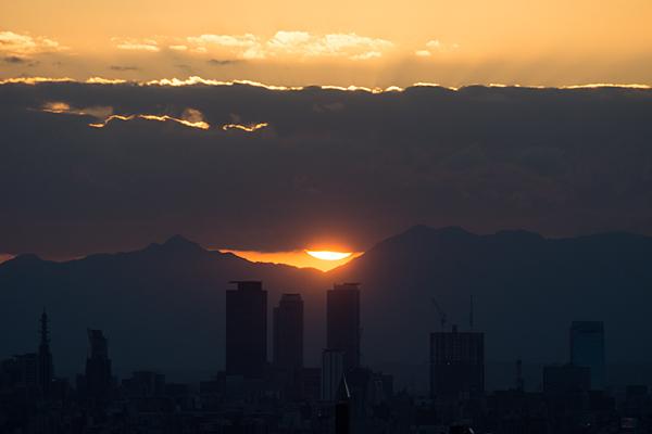 名駅ビルと夕日