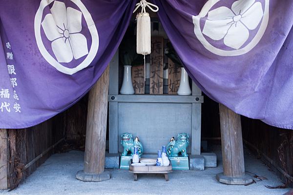 痔塚神社の社と幕