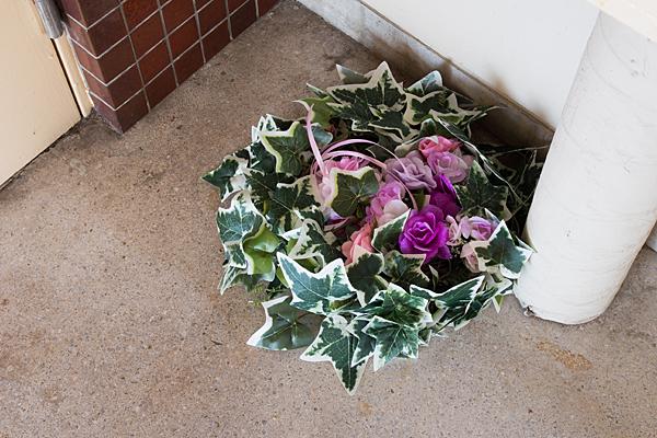 廊下に造花