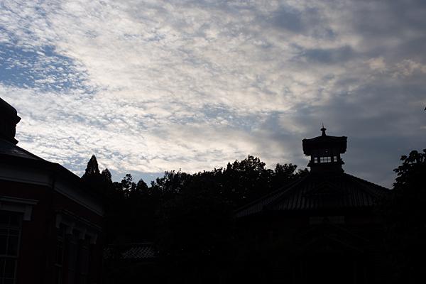 夕暮れ空と看守塔