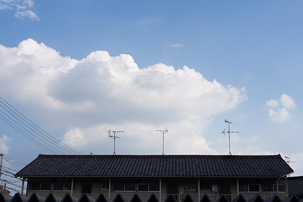 屋根とアンテナと雲