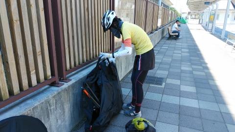 米原駅で自転車を組み立てます。沢山のチャリダーが来てました。