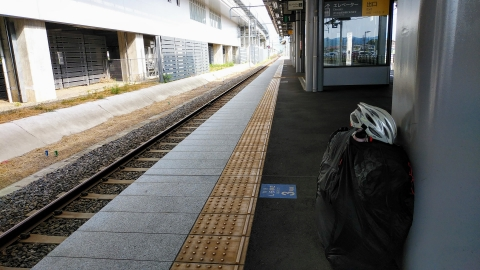 越後トキめき鉄道のホームで1時間に1本の電車を待ちます。