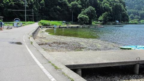 湖畔を走る。