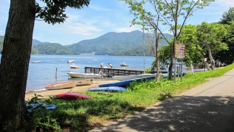 湖畔に再度戻ってきて、この辺りは西洋系の外国人がとても多くて、日本じゃないみたいでした。