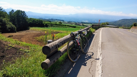 出発から7,8km走ると開けてきて浅間山が…少し雲がかかってて残念。