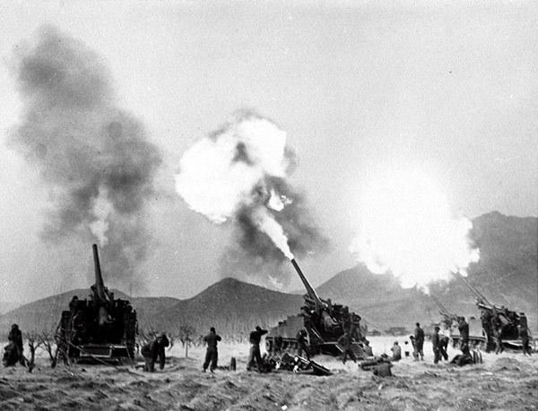 155mm-SPGs-north-of-seoul-195105.jpg