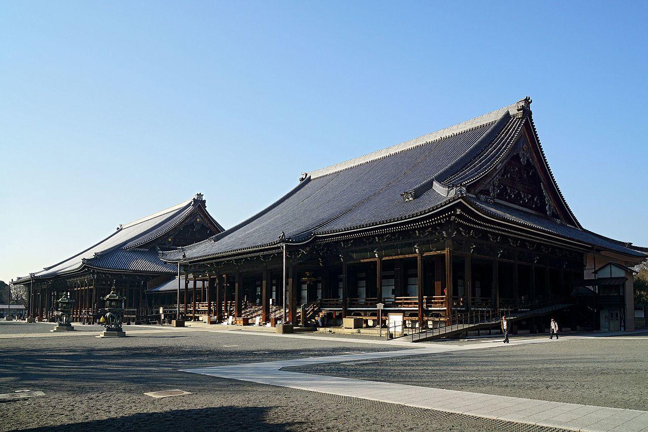 西本願寺 阿弥陀堂(国宝)、奥に御影堂(国宝)