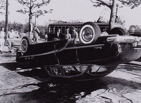 デモ隊によって転覆させられた自動車