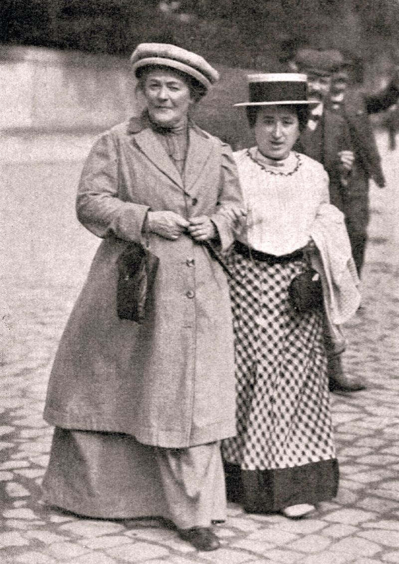 クララ・ツェトキン(左)とローザ・ルクセンブルク(右) 1910年