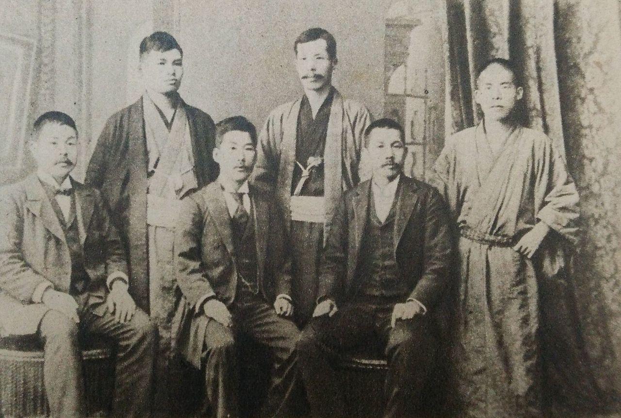 左から安部磯雄、河上清、幸徳秋水、木下尚江、片山潜、西川光二郎(1901年)