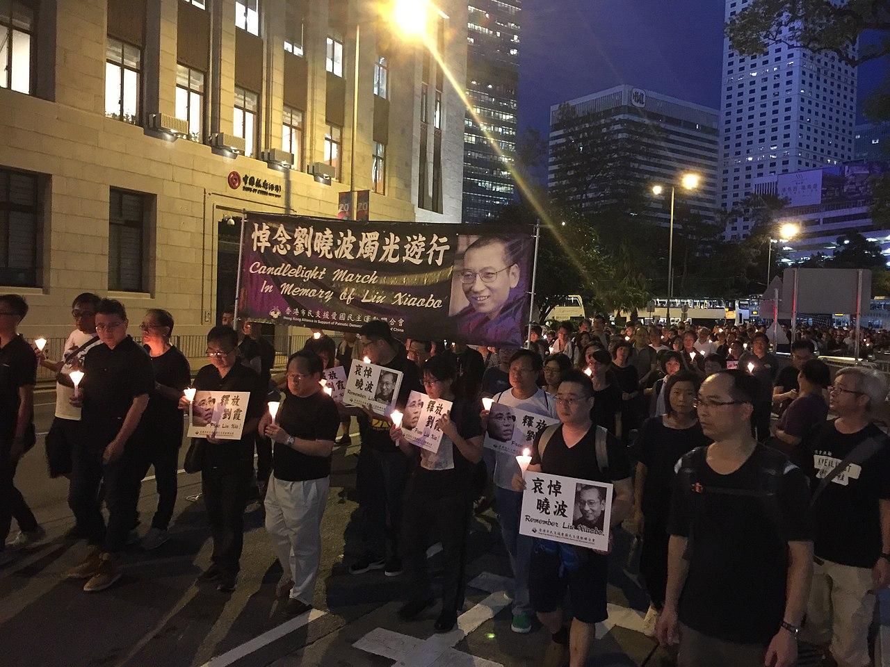 劉暁波の追悼デモ