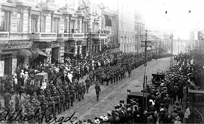 1918年、ウラジオストクでパレードを行う各国の干渉軍