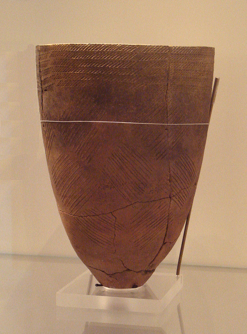 ソウル市岩寺洞遺跡出土の櫛目文土器、紀元前4千年頃