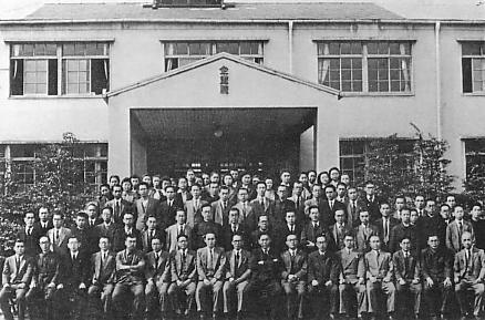 企画院庁舎と職員