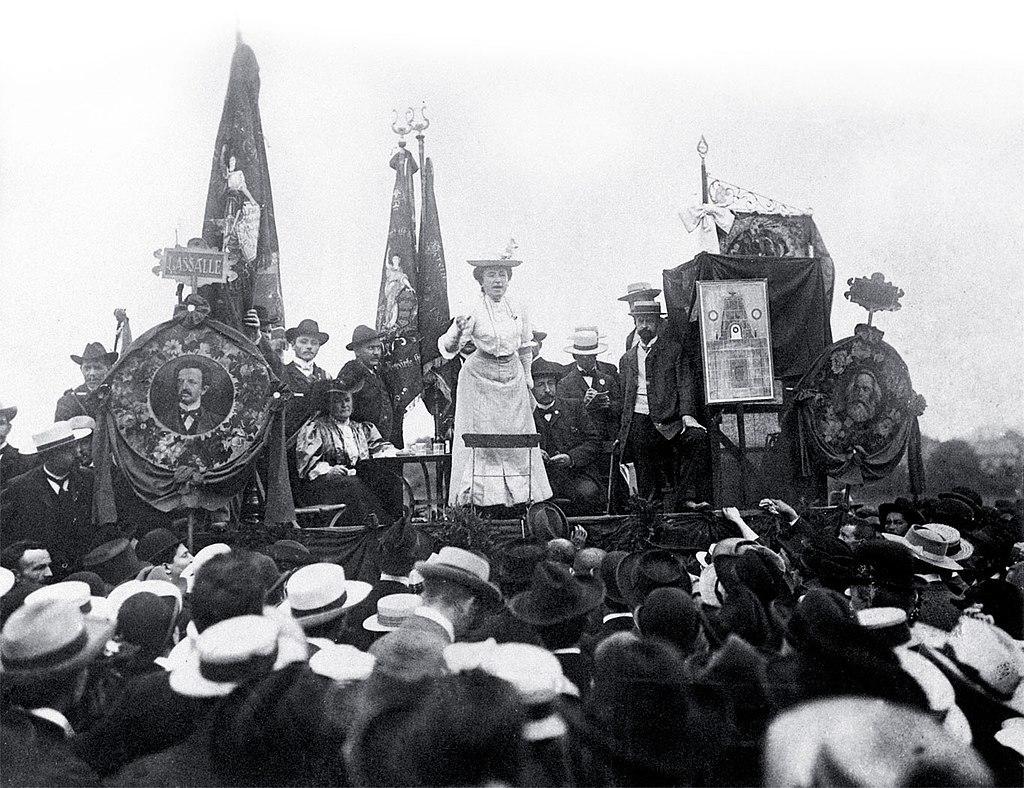 講演するローザ・ルクセンブルク(1907)