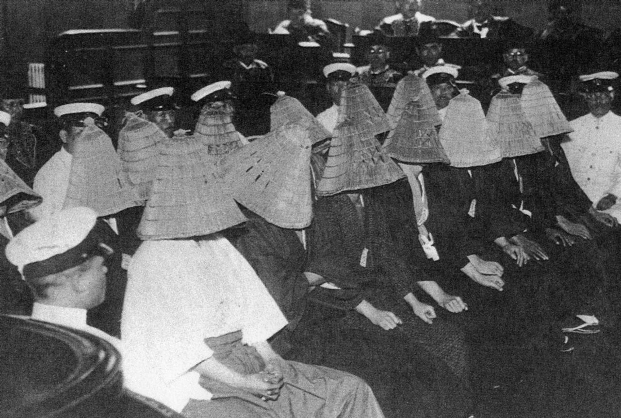 廷内で深編笠を被る血盟団事件の被告