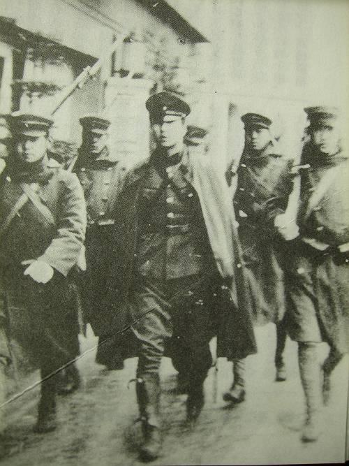 叛乱軍の栗原安秀陸軍歩兵中尉(中央マント姿)と下士官兵