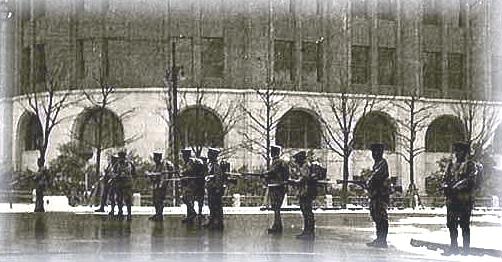 内務省庁舎前で歩哨線を張る叛乱軍兵士