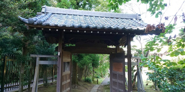 木の門から和館