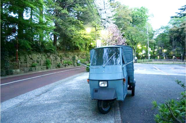 深大寺のバス停の前で